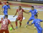 Leo Santana, jugador de El Pozo Murcia, trata de chutar rodeado de jugadores de Viña Albali