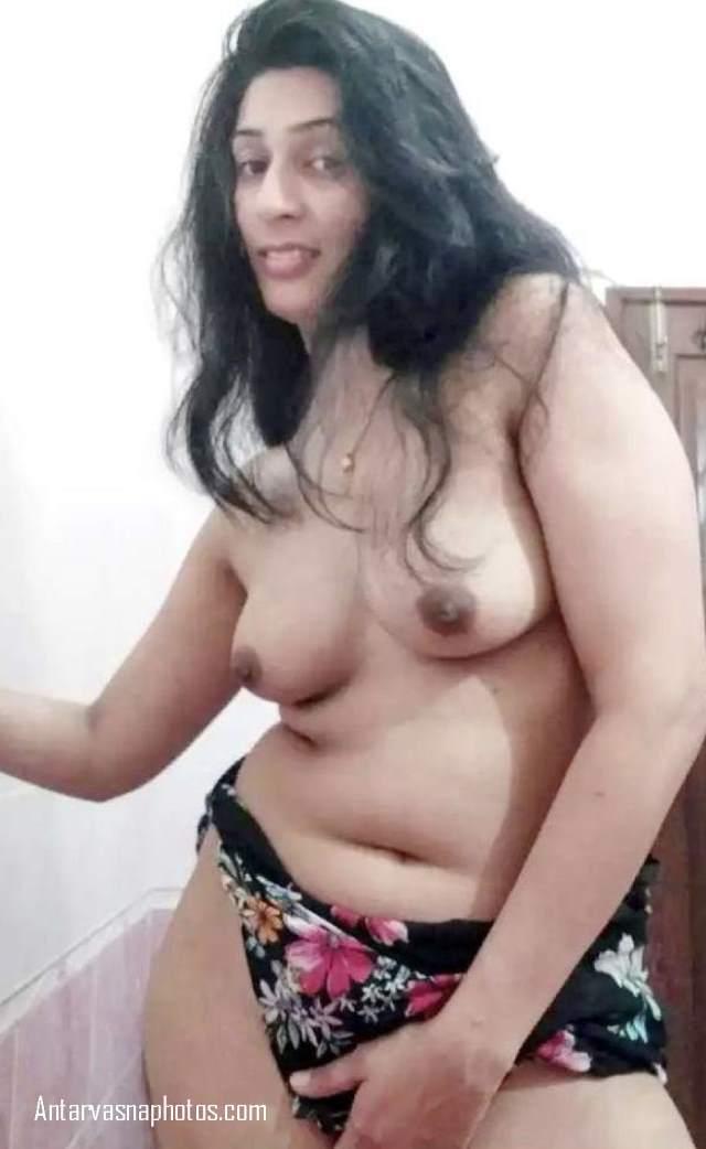 desi bhabhi kiran apne boobs dikhati