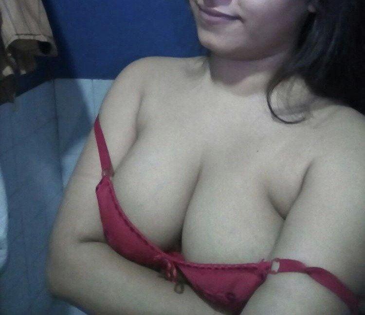 Rhea ki cleavage ki photos