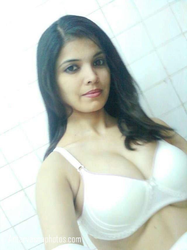 bhabhi ke rasile boobs white bra me