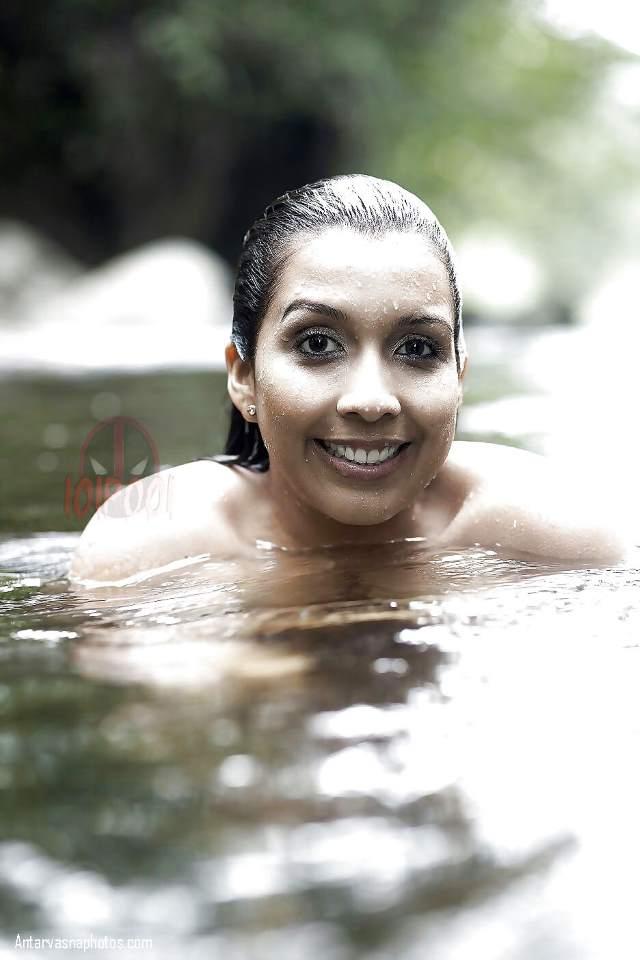 desi nude bhabhi ki nadi me sexy photo