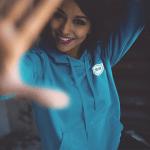 ဖက်ရှင်စတိုးရပ်ဘီချွေးထွက်ရပ်ဂ်ဘီ hood ကိုအမျိုးသမီးတစ်ဦး