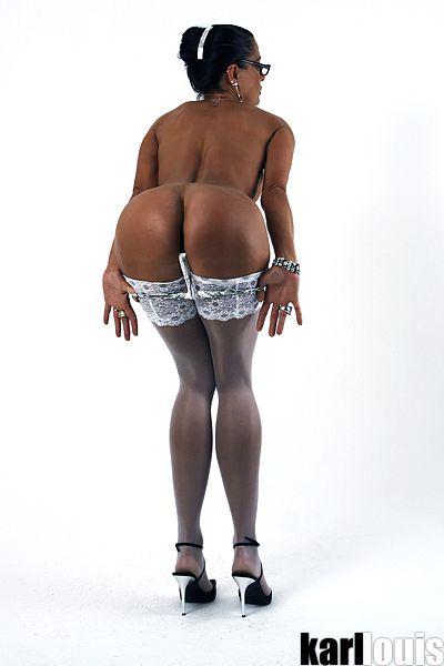 Elizabeth Carson showing her booty