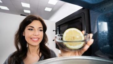 Nettoyage micro-ondes : 9 astuces pour enlever les taches incrustées et les mauvaises odeurs rapidement