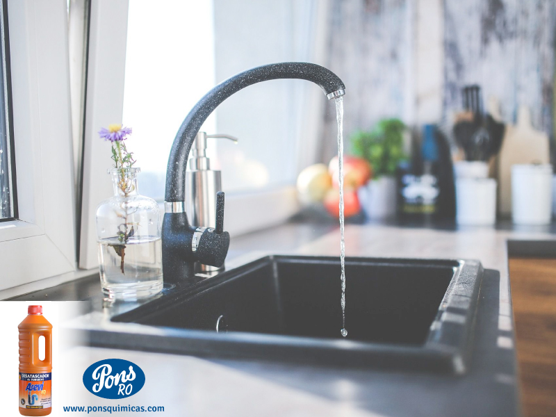Ți s-a întâmplat vreodată să simți un miros neplăcut în bucătărie sau chiar în baie și să nu îl poți identifica sau elimina, oricâtă curățenie ai face? Sau poate ți s-a întâmplat să observi că apa din chiuvetă nu se mai scurge, oricâte eforturi ai face? Cel mai probabil s-au înfundat țevile de scurgere sau sunt parțial înfundate iar apa nu mai are un canal de trecere. Nu te grăbi să chemi instalatorul, este costisitor și o problemă de genul acesta se poate rezolva fără intervenția specialistului.  Dar hai să identificăm mai întâi cauzele.  Oricât de multă atenție ai aloca igienizării băii sau bucătăriei, există șanse destul de mari ca la spălatul vaselor, resturile de mâncare să rămână blocate pe scurgere. Și, puțin câte puțin, acestea se adună zilnic, până când  ajung să înfunde total sau parțial țeava pentru scurgere.  Dacă resturile de mâncare sau micile impurități din baie ajung să se depună și să intre în putrefacție, vei ajunge în situația neplăcută de a te confrunta cu mirosuri urâte, persistente. Iar asta e partea ușoară a problemei. Partea îngrijorătoare a acestui fenomen o reprezintă, bineînțeles, bacteriile.  Depunerile de toate felurile care ajung să blocheze țevile sunt, în majoritatea cazurilor, periculoase pentru sănătate. Bacteriile resturilor de mâncare pot să îți infesteze chiuvetele și să te expună la pericole mai mari. De la vase contaminate și până la eczeme ale pielii, țevile înfundate sunt o problemă care nu trebuie neglijată sub nicio formă. Un ajutor de nădejde pentru țevile înfundate Dacă cele citite mai sus nu îți sunt străine, află că există un super–produs care te poate ajuta să scapi de grija țevilor înfundate și a bacteriilor răspândite. Este vorba despre Asevi, soluția concentrată pentru desfundarea țevilor, care acţionează în câteva minute, desfundând eficient. Pe lângă faptul că este un produs extrem de eficient, acesta te poate ajuta să economisești bugetul, altfel alocat intalatorului sau, mai mult, să prelungești durata de viață 