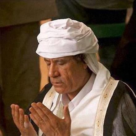 Muammar Al Qaddafi in prayer