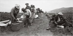 Braceros line up for lunch in 1963. – Photo: Bettmann-Corbis