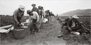 Braceros line up for lunch in 1963. – Photo: Bettmann-Corbis