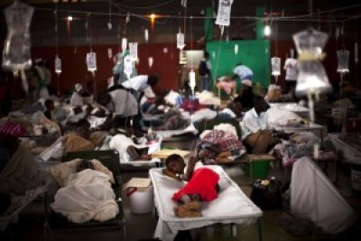 People suffering cholera symptoms are treated in a sports center converted into a cholera treatment center in Cap Haitien, Haiti, in 2010. – Photo: Emilio Morenatti, AP