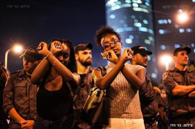 Young Ethiopian-Israeli protestors cross their arms to symbolically protest infringements on their freedom. – Photo: Benny Woodoo