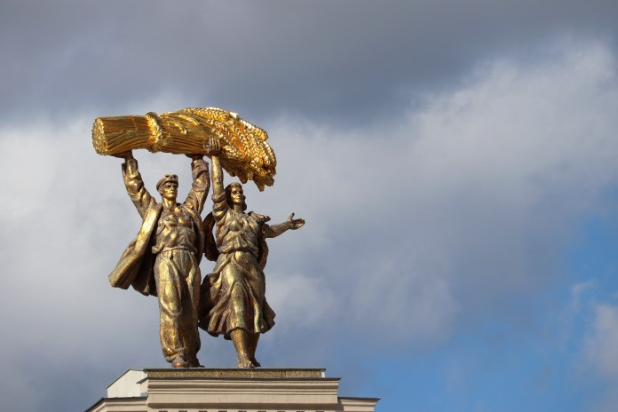 Russian-statue-of-couple-triumphantly-carrying-wheat, Russian pride and US exceptionalism, World News & Views