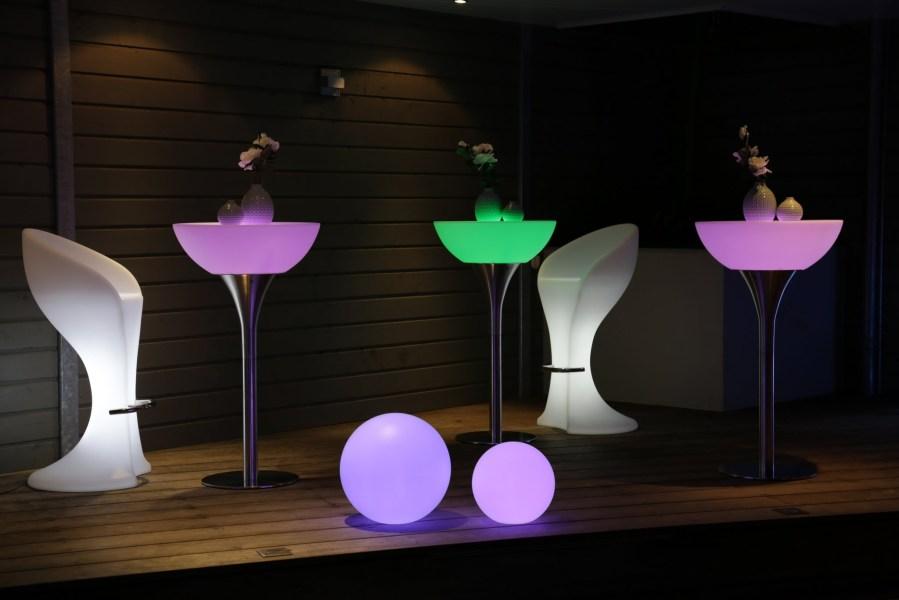 LED tafels, barstoelen en bollen