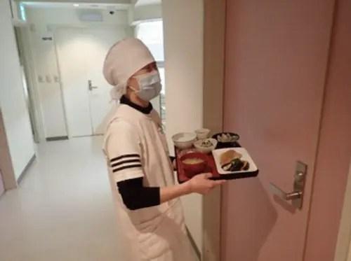 大高医院で料理を病室へ運んでいるスタッフ