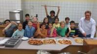 19.09.2017: sechs Schülerinnen und Schüler der 5b haben mit Frau Öszu Pizza gebacken für ihre Klasse. In der nächsten A-Woche ist die 5a dran. Dieses Angebot gibt es ab so fort für die 5a und 5b im Wechsel. Lecker!