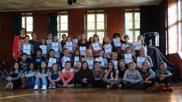18.10.2017: Die langjährigen Sängerinnen und Sänger der SG-Voices mit ihren neuen Mitgliedern aus Klasse 5