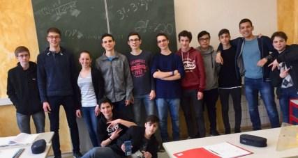 Rechenleistung: Der Mathe-Vertiefungskurs (Klasse 11) lässt die Taschenrechner beim Tag der Kombinatorik in Heubach heißlaufen (07.02.2017)