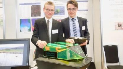 Jugend forscht 2017: Christoph Grimbacher und Matthias Steffel haben den Bucher Stausee genau vermessen und untersucht — mit einem selbstgebauten Analyse-Boot, vollgestopft mit digitaler Technik.