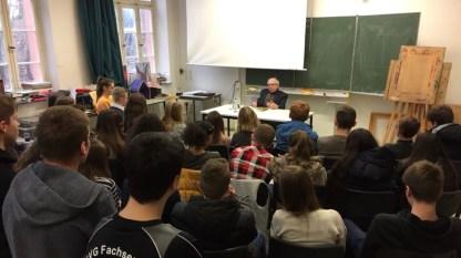"""31.01.2018: Der ehemalige Schüler Reinhard Großmann liest vor der Klasse 9c aus seinem Roman """"Beerstein"""""""