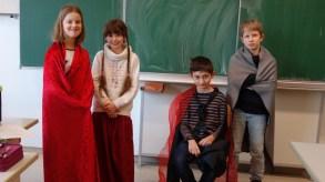 Anno 1773: Schubart hat Karriere gemacht und ist am Hof von Ludwigsburg. Im Bild von links nach rechts ist Franziska von Hohenheim (welche Schubart wohl nicht nur im Klavierspielen unterrichtete), ein Beamter (der dem Herzog üble Gerüchte über seine Mätresse Franziska berichtet), Herzog Carl Eugen höchstpersönlich und ein entrüsteter Geistlicher (Spezial Zilling).