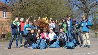 "11.04.2018: ""Merry Christmas Tree!"" Die Klasse 5b sammelt Müll wie ein Weltmeister"