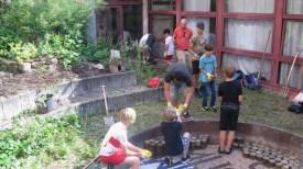 """17.-19.07.2018: Harte Arbeit — Teilnehmer und Teilnehmerinnen des Projekts """"Schulhof gestalten"""" im Atrium"""