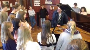 08.10.2018: Die Kursstufe erlebt Neue Musik mit dem Aalener Komponist Edgar Mann