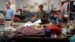 12.10.2018: Ehrenamtliche Mitarbeiter sortieren Altkleider in Laupheim
