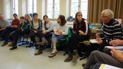 28.11.2018: Bruno Steimle, ein ehemaliger SG-Lehrer, kommt mit der 9c über die Aalener Stolpersteininitiative ins Gespräch (rechts im Bild)