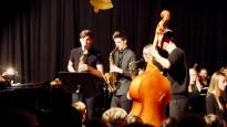19.12.2018: Die Saxophonisten Marie Enssle, Niklas Metzler und Leon Zapf musizieren die Bach'sche Air, begleitet von Jonathan Hehr am Bass und der Lehrerin des Musikneigungskurses, Gudrun Möhrle, am Flügel
