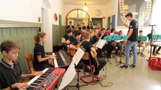 """06.02.2019: """"Vorsicht Groove!"""" Die Big Band (heute unter der Leitung von Niklas Metzler) rockt die Geopark-Schule"""