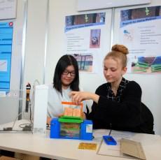 09.02.2019, Jugend forscht: Anina Zoller und Tina Li haben ein Platinen-Ätzgerät entwickelt, das sehr sparsam bei der Verwendung von Chemikalien ist