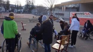 """15.02.2019: """"Bereit für das Rolli-Rennen?"""" Die FSJ'ler des DRK mit Schüler*innen der Klasse 6"""