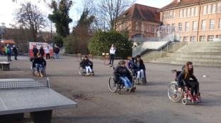 """15.02.2019: """"Wer hat den schnellsten Rolli?"""" Die FSJ'ler des DRK mit Schüler*innen der Klasse 6"""