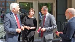 15.05.2019: 15.05.2019: Schulleiterin Christiane Dittmann im Gespräch mit Regierungspräsident Wolfgang Reimer (links), Oberbürgermeister Thilo Rentschler (Mitte rechts) und Architekt Bernd Liebel