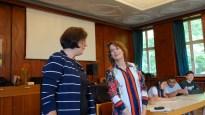 18.07.2019: Schulleiterin Christiane Dittmann dankt der Spitzendiplomatin Patricia Lacina für den inspirierenden Besuch