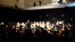10.12.2019: Die Schüler*innen der Streicherklasse spielen ihr erstes Konzert mit dem großen Orchester.