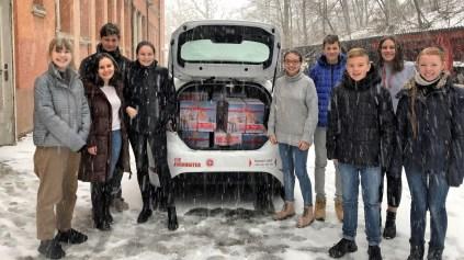 """13.12.2019: Die Schulgemeinschaft hat 26 Kisten gepackt, die jetzt mit dem """"Weihnachtstruck"""" nach Osteuropa gefahren werden"""
