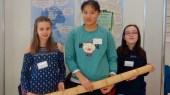 """15.02.2020: Leonie Schmid, Changhui Ren und Katharina Kürz (v.l.n.r.) haben im Rahmen des Wettbewerbs """"Jugend forscht"""" Alternativen für Plastikverpackungen untersucht."""