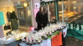 07.12.2019: Verkaufsstand vor dem Geschäft Orsay, Eltern bringen ca. 300 Schokoäpfel