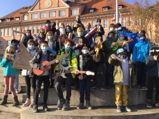 07.12.2020: Die Klasse 5b mit selbstgebauten Musikinstrumenten