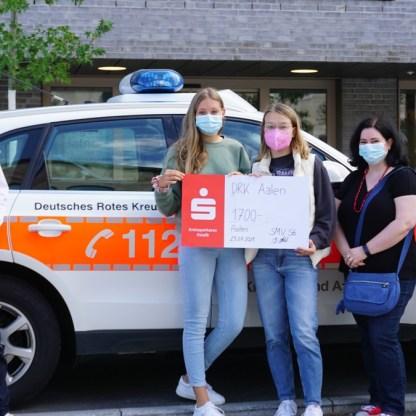 Die Schülersprecherinnen Nina Weidner und Katharina Weiss zusammen mit Verbindungslehrerin Frau Ladel bei der Spendenübergabe an das DRK