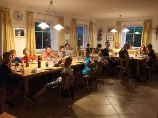 Die Hütte ist voll beim Ferienprogramm der Stadt Traunreut in Matzing.