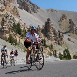 France, Hautes-Alpes, cyclistes sur la route du col d'Izoard