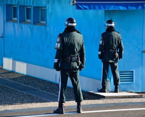 Confine tra Nord e Sud Corea: a Panmunjeom la polizia militare controlla a vista il confine con il Nord