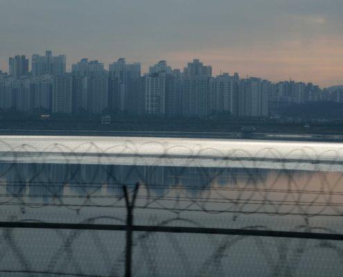 Confine tra Nord e Sud Corea: filo spinato lungo la Freedom Road con sullo sfondo Seoul.