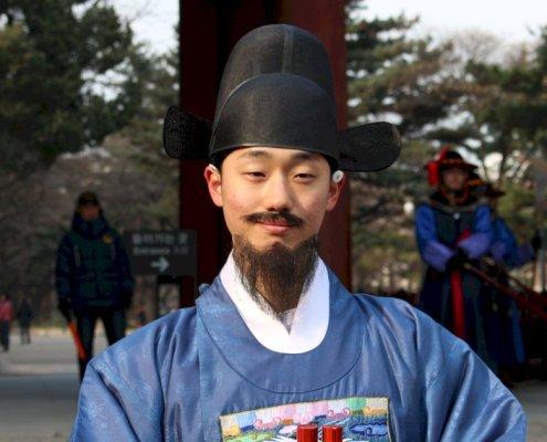 Cambio della Guardia al Palazzo Deoksugung. Il monaco