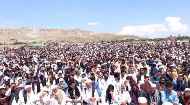 أفغان يتجاهلون إرشادات العزل ويحضرون تجمعا دينيا حاشدا .