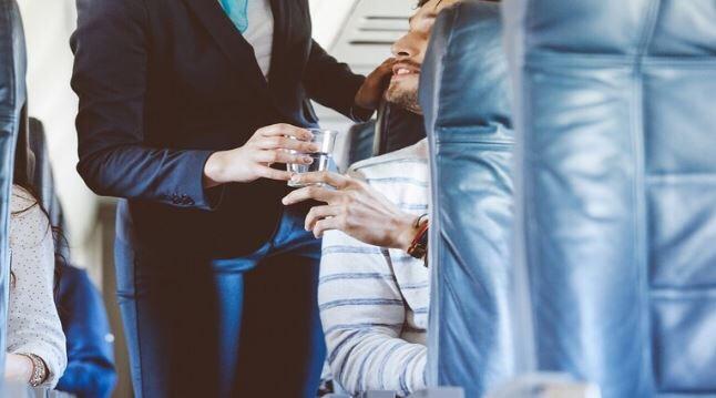 """حقائق """"مقززة"""" تجعلك تمتنع عن شرب الماء والقهوة والشاي على متن الطائرة."""