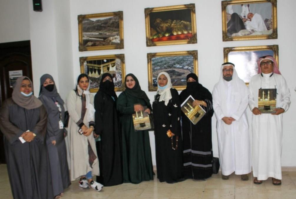 أعضاء منتدى الإعلام السعودي الدولي في زيارة معرض (أطياف الحرمين)