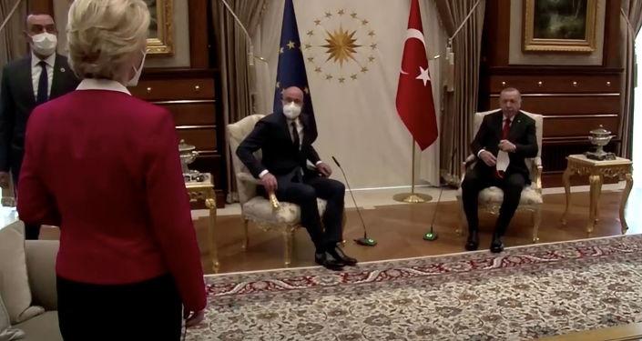"""""""بالفيديو"""" تركيا تحمل الاتحاد الأوروبي مسؤولية الحادث البروتوكولي"""